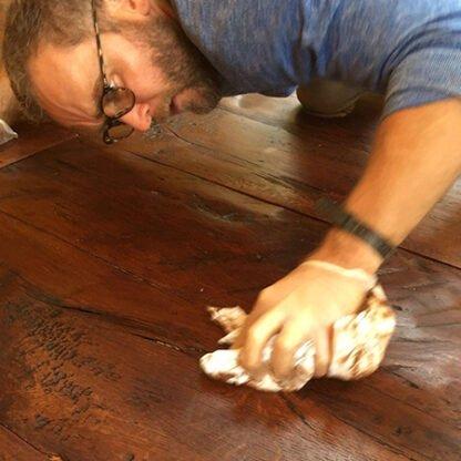 Aula de técnicas de aplicação de óleo em madeira